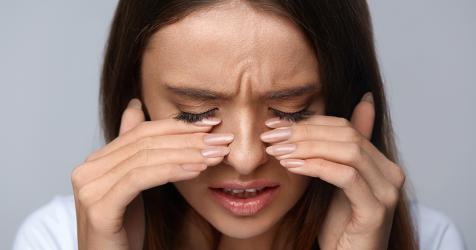 Dolor de cabeza detrás de los ojos sangrado de nariz
