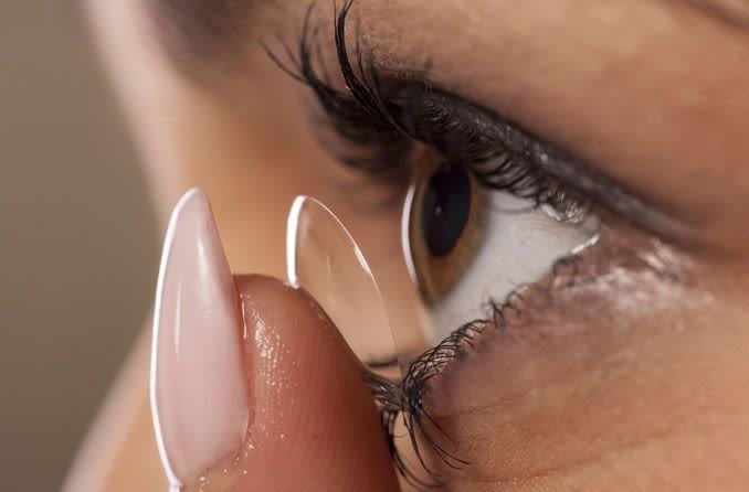 Kontakt lens göze yerleştirme kadın