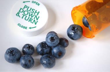 myrtilles dans une bouteille de pilules