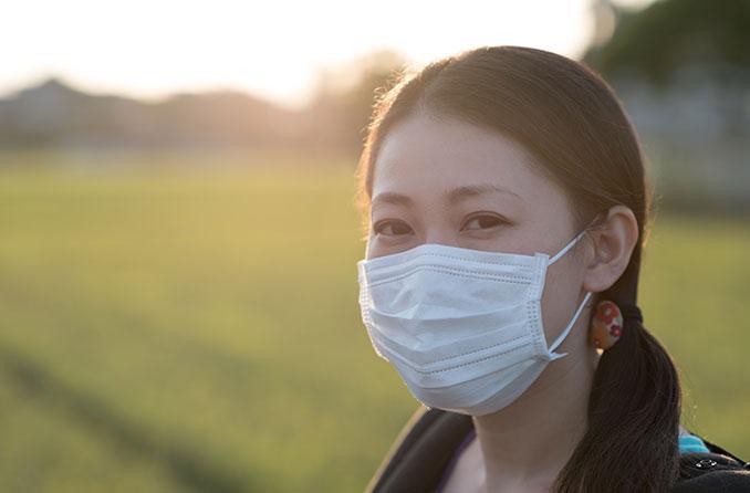 ผู้หญิงสวมหน้ากากป้องกันการแพร่กระจายของไวรัส