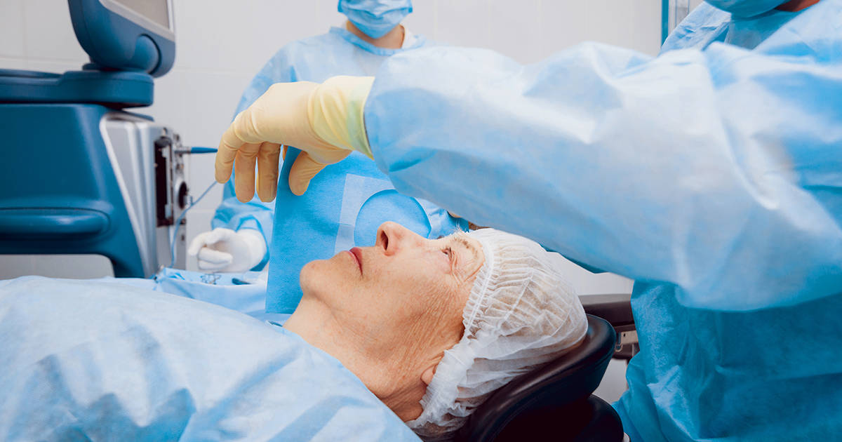 Donna sottoposta a un intervento di cataratta