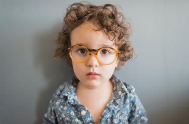 Enfant portant des lunettes