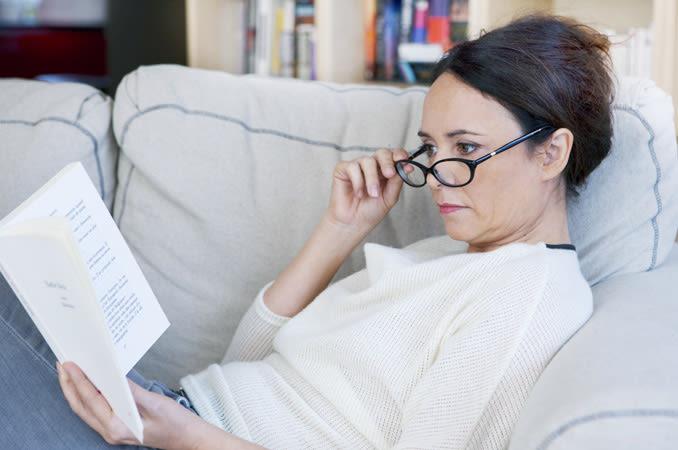 Mulher, óculos, leitura, livro.