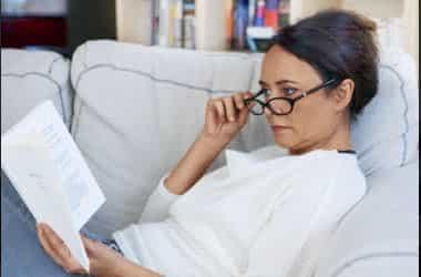 Kitap okurken gözlük kadınla
