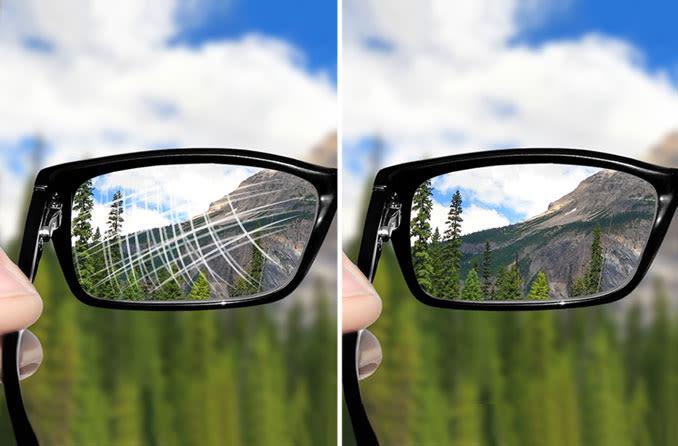 Seite an Seite von zerkratzten und nicht zerkratzten Brillengläsern