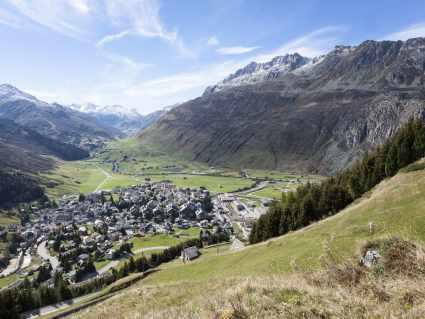 A_Andermatt_Aussicht über Dorf_Sommer