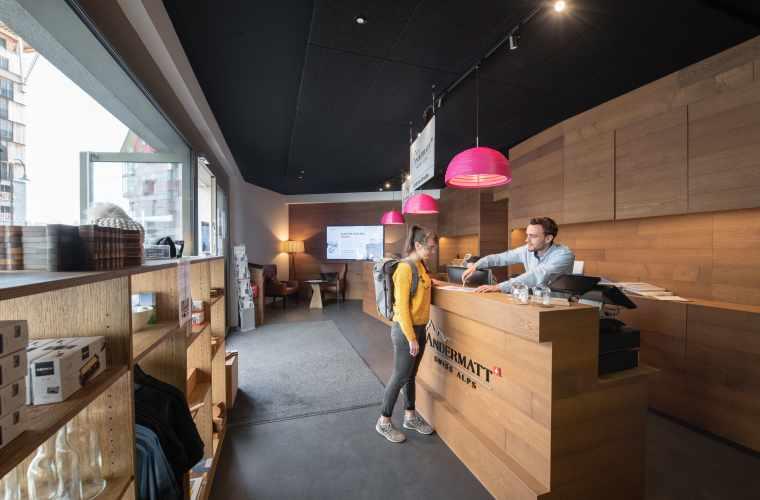 Customer Services_Office mit Personen_Valentin Luthiger (1).jpg