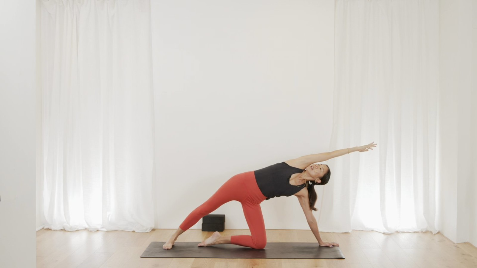 Short & Sweet Core Flow with Leanne Raab