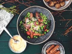 Bowl med Quorn Prinskorv, grönkål och srirachamayo