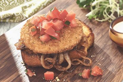 Quorn Vegetarische Chicken Style Buger mit karamellisierten zwiebeln auf cornbread