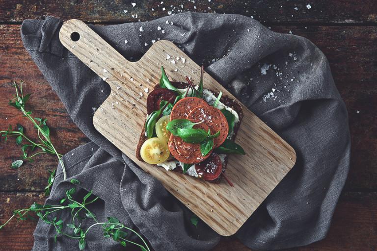 Vegansk tomat- och pepperonimacka