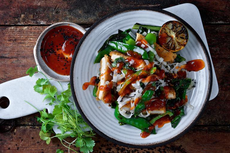 Frasig vegetarisk wok med nudlar, sockerärtor och citron.