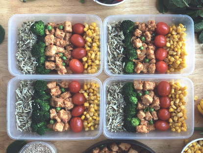Veggie Box with Stir Fry, made with Quorn Pieces, peas, sesame seeds, coriander, onion and tomatoes, served in 4 boxes.