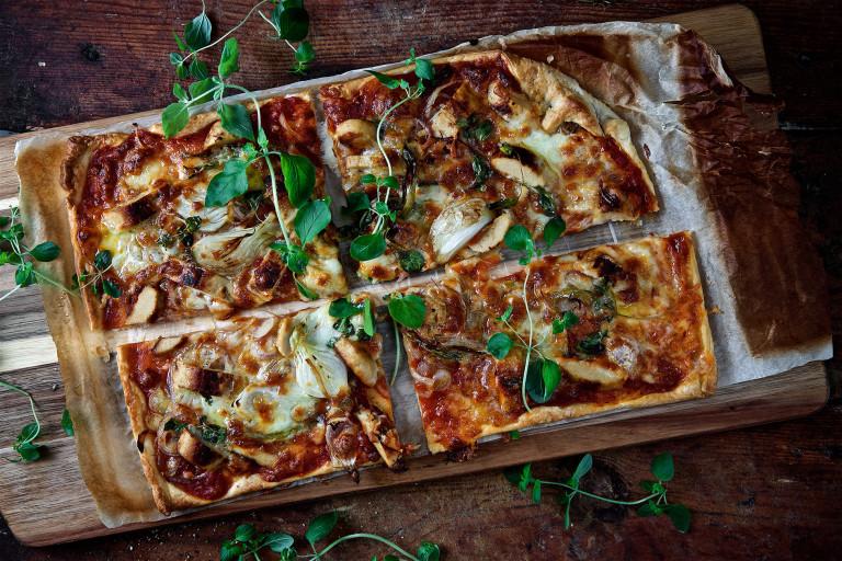 Spröd vegetarisk pizza med fyra sorters lök och oregano.