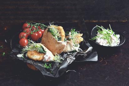 Gefülltes Pita-Brot mit Quorn Mozzarella & Pesto Schnitzel und Kabissalat