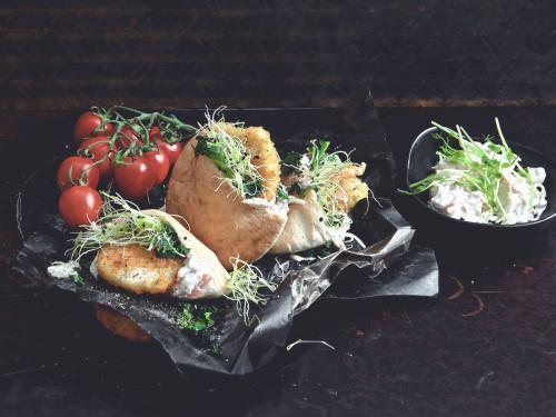 Pitabröd fyllda med Quorn Schnitzel med Mozzarella & Pesto och coleslaw