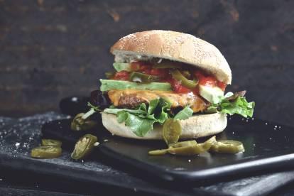 Quorn Burger met salsa, jalapeños en gesmolten kaas
