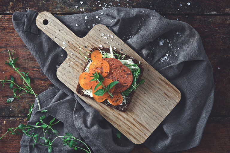 Krämig rågbrödsmacka med vegansk pepperoni