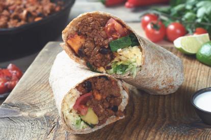 Mexikanischer Burrito mit Quorn Vegetarisches Hack, Süßkartoffel, schwarzen Bohnen und Chipotle-Chili