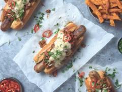 Quorn Chili-Hotdog mit einer Hülle und Fülle an guten Zutaten