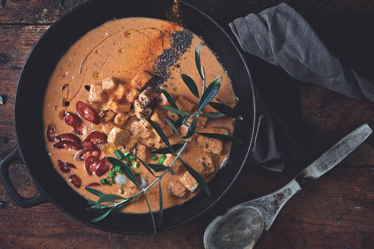 Krämig röd höstcurry med vegetarisk kyckling och chili