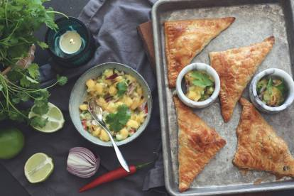 Frasiga smördegspiroger med Quorn Färs och mangosalsa