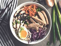 Vegetarische Ramen Noedelsoep met Quorn Filets