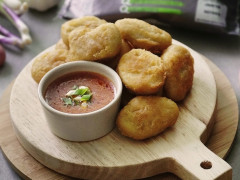 Quorn Meat Free Crispy Nuggets in Chili Crabless Dip