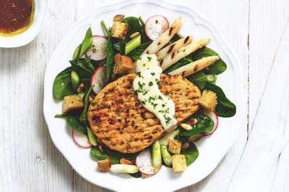 Quorn Vegetarisches Pfeffer-Grillsteak mit spargel undspinatsalat
