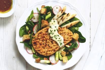 Steaks au poivre végétariens Quorn aux asperges et épinards ensalade