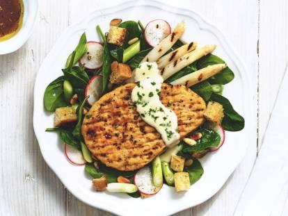 Quorn Vegetarische Pepersteak met asperges en spinaziesalade