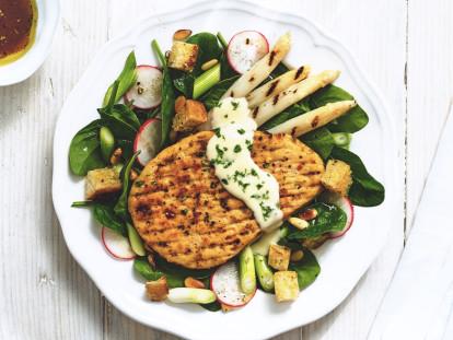 Quorn Vegetarisches Pfeffer-Grillsteak mit spargel und spinatsalat