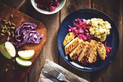 Quorn Pfeffer Grill Steak mit rotkohl und kartoffelstock mitnüssen