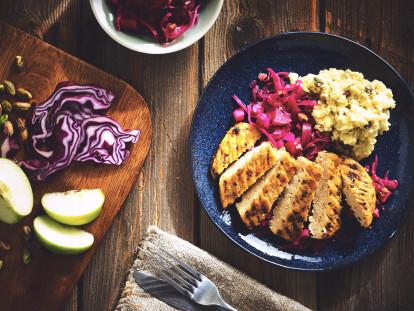 Quorn Pfeffer Grill Steak mit rotkohl und kartoffelstock mit nüssen