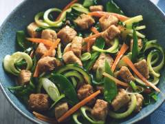 Wokade asiatiska zucchininudlar medQuorn Bitar