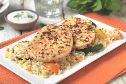 Quorn Vegetarische Pfeffer-Grillsteaks mit Couscous, Grillgemüse und Joghurtdip