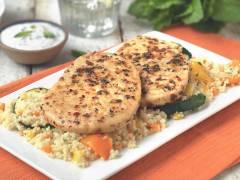 Salade de couscous aux steaks au poivre végétariens, légumes grillés et sauce au yaourt