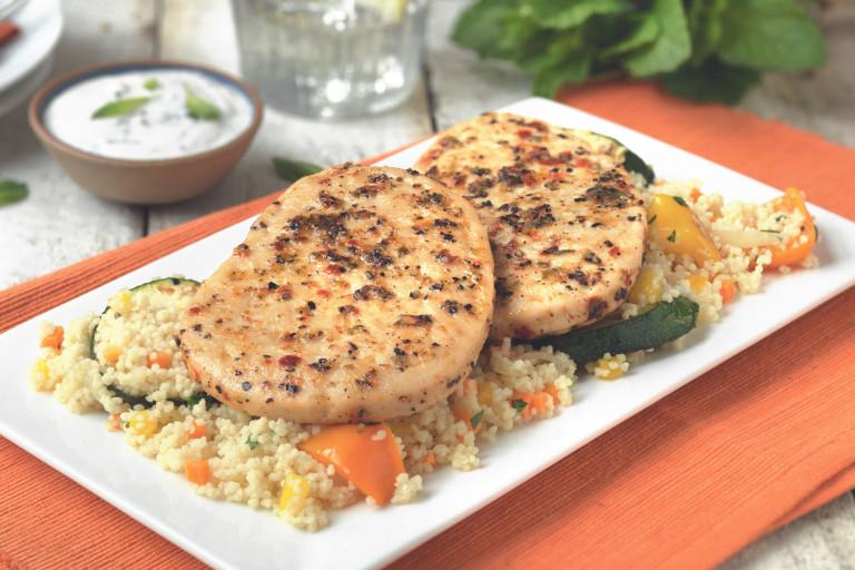 Salade de couscous avec steak de quorn au poivre à griller, légumes grillés et sauce au yoghourt