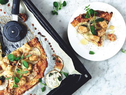 Vegetarisk, glutenfri pizza med blomkål, valnötter & päron -recept