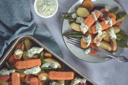 Traybake met Quorn fish-free sticks en kleurrijke groenten