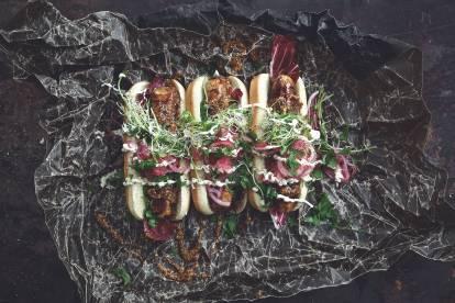Quorn Bratwurst med honungssenap, picklad rödlök och groddar