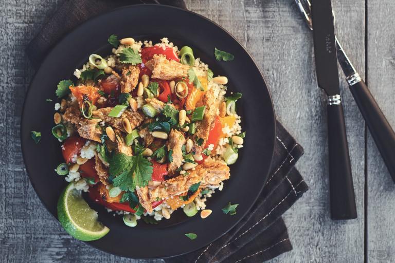 Mausteinen, lämmin couscous-salaatti Quorn-fileillä