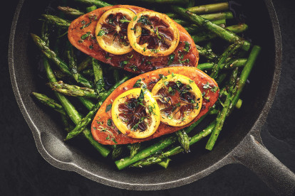 Quorn-fileter med sitronglasur og asparges