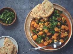 Gele linzencurry met pompoen, stukjes dés en platbrood