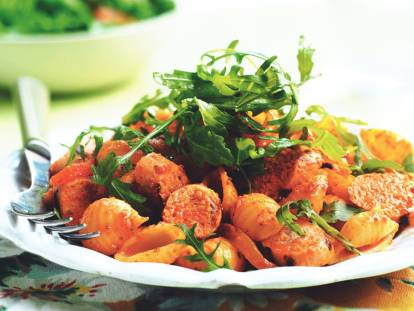 quorn sausage, rocket & roasted pepper pasta salad healthy vegetarian recipe