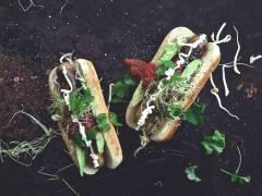 Quorn Bratwurst med avokado, salsa och färsk koriander