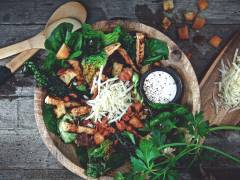 Vegetarisk caesarsallad med filéer och bacon