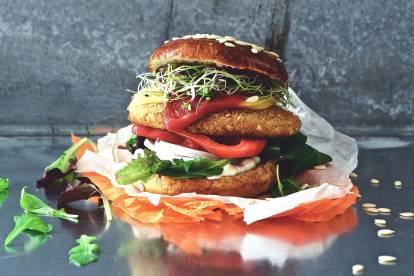 Veganer Schnitzel-Cheeseburger