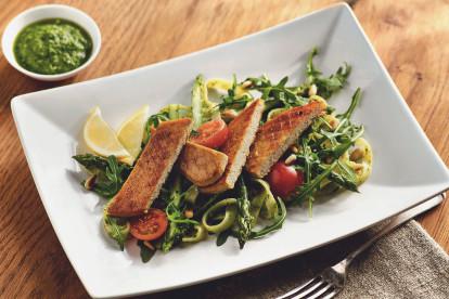 Quorn vegane Filets mit Ruccolapesto und Spargel-Pasta-Salat