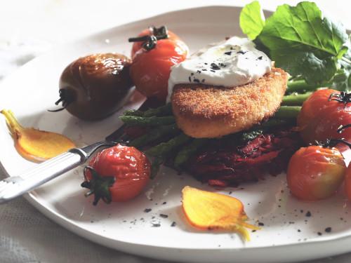 Cotolette vegane piccanti Quorn con rösti di barbabietola epastinaca